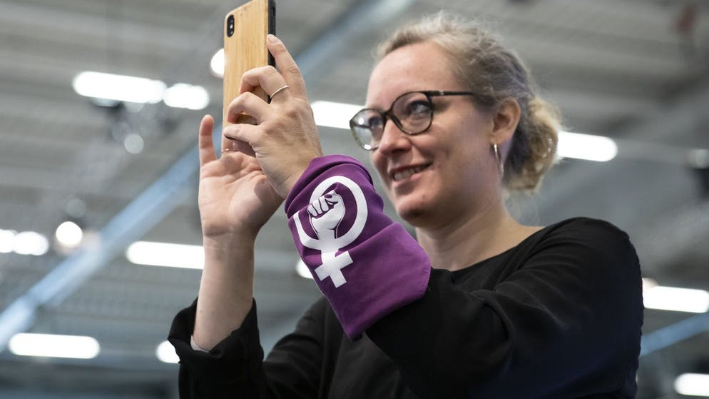 Aline Trede, GP-BE, traegt ein Tuch, das an den Frauenstreik erinnert, waehrend der Debatte