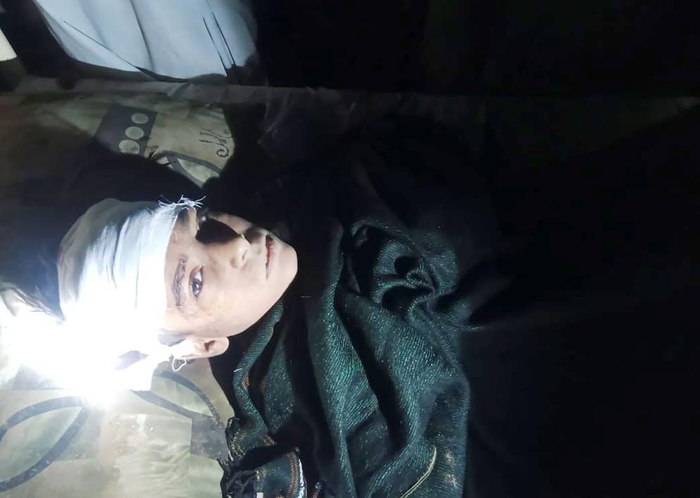 Un garçon blessé reçoit des soins dans un hôpital local à la suite d'un grave tremblement de terre qui a frappé la région, à Harnai.