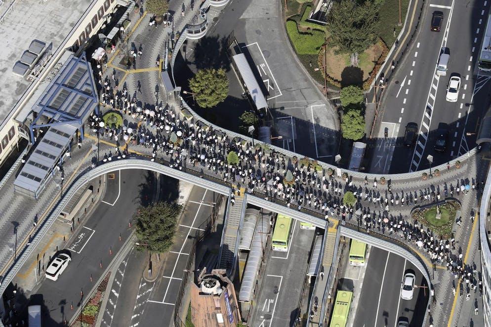 Les passagers font la queue pour entrer dans la gare JR Kawaguchi de Kawaguchi, près de Tokyo, le vendredi 10 octobre. 8, 2021. L'entrée à la station a été restreinte en raison des conséquences du fort tremblement de terre de jeudi.