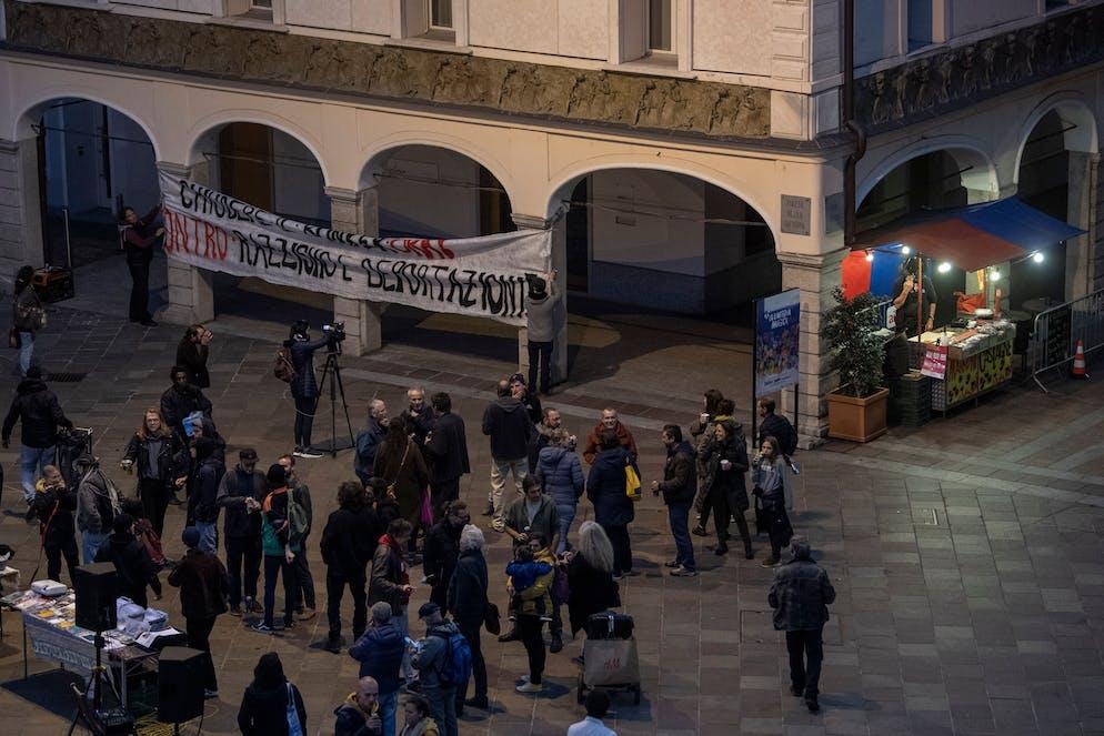 Lugano: manifestazione Viganello manifestazione, 25° anniversario occupazione Molino Bernasconi. Nella foto un momento durante la pacifica manifestazione in Piazza Riforma. © Ti-Press / Pablo Gianinazzi