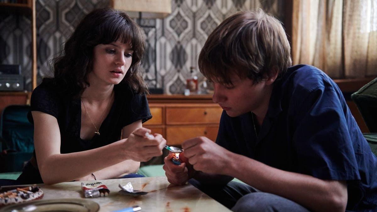 Mit Benno (Michelangelo Fortuzzi) nähert sich Christiane (Jana McKinnon) den harten Drogen an.