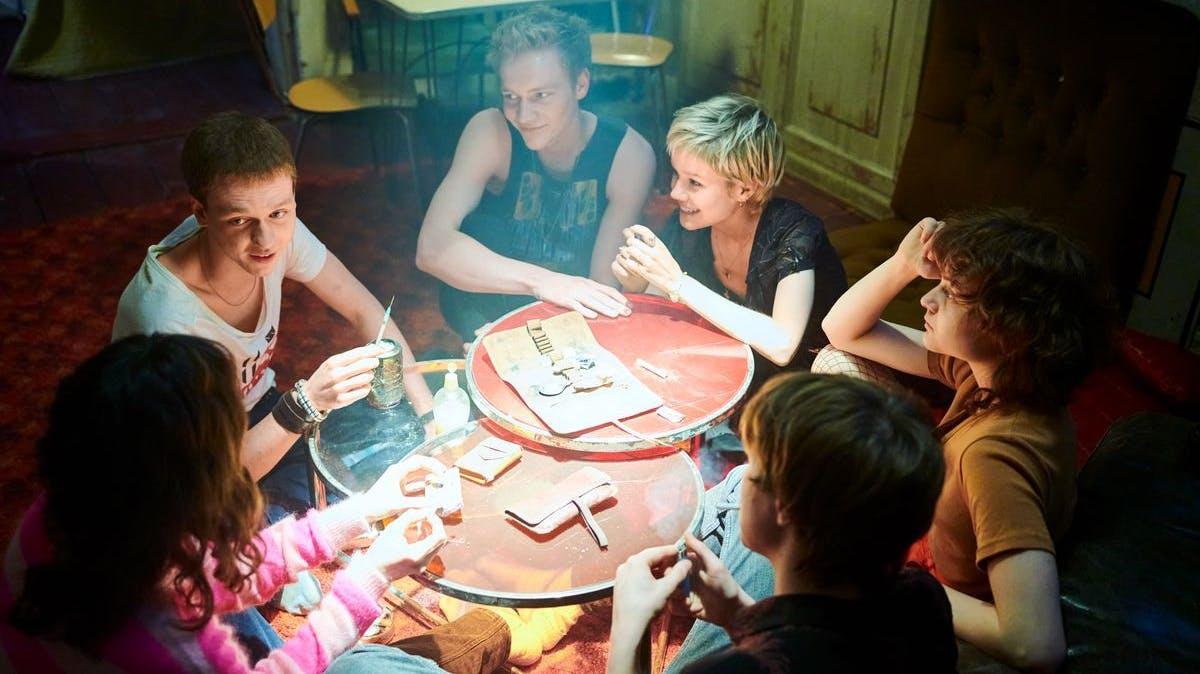 Die Clique um Christiane (Jana McKinnon, links) geniesst anfangs das Teenagerleben in allen Zügen.