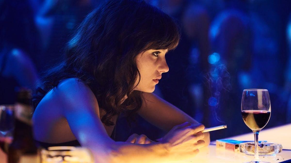 Die junge Christiane (Jana McKinnon) lässt sich mitreissen, die Nächte in Discos und Bars zu verbringen.