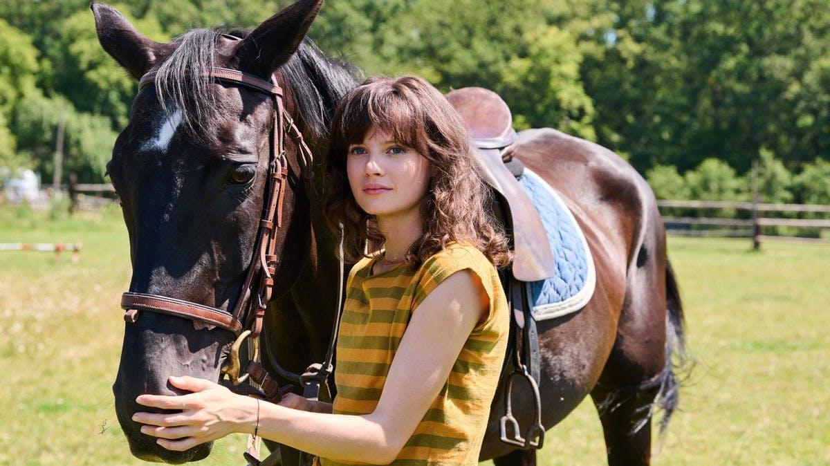 Eigentlich träumt Christiane (Jana McKinnon) davon, sich ausschliesslich ihrem Pferd zu widmen.
