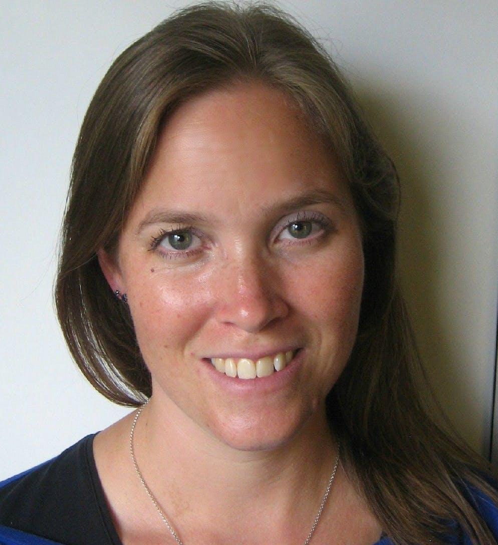 Sarah Stidwill ist Ernährungsberaterin, hat einen Bachelor in Psychologie und arbeitet als Fachberaterin bei der Arbeitsgemeinschaft Ess-Störungen AES