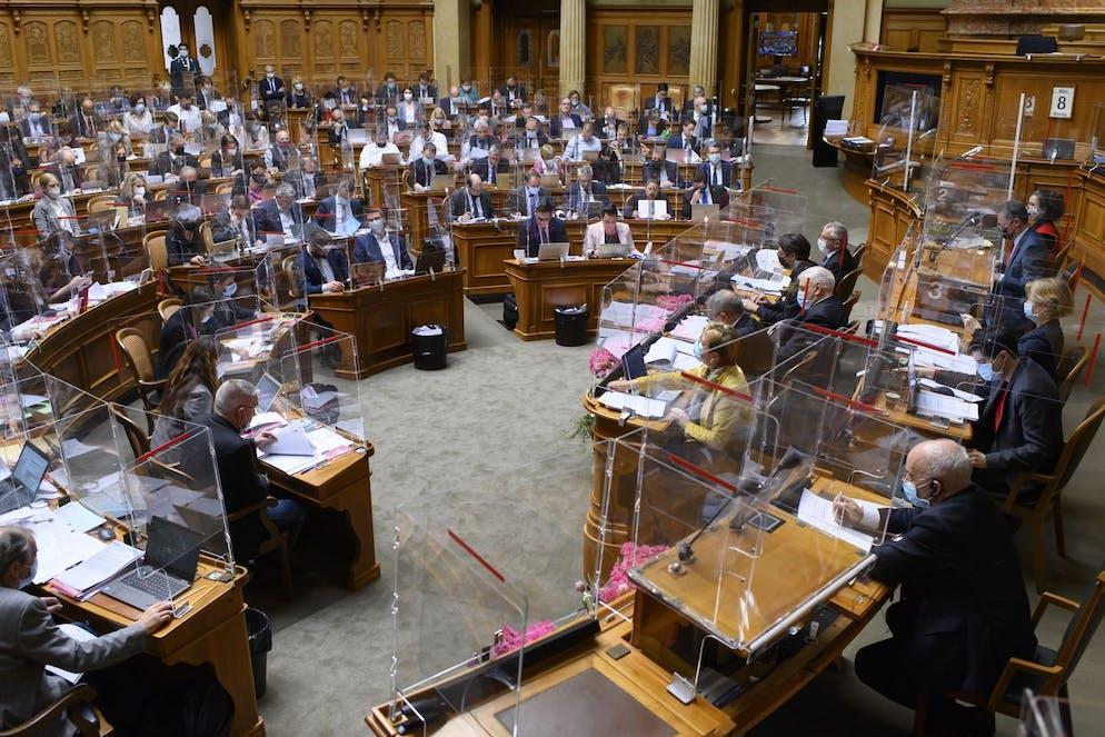Parlamentarier debattieren waehrend der Fruehlingssession der Eidgenoessischen Raete, am Montag, 8. Maerz 2021 im Nationalrat in Bern. (KEYSTONE/Anthony Anex)
