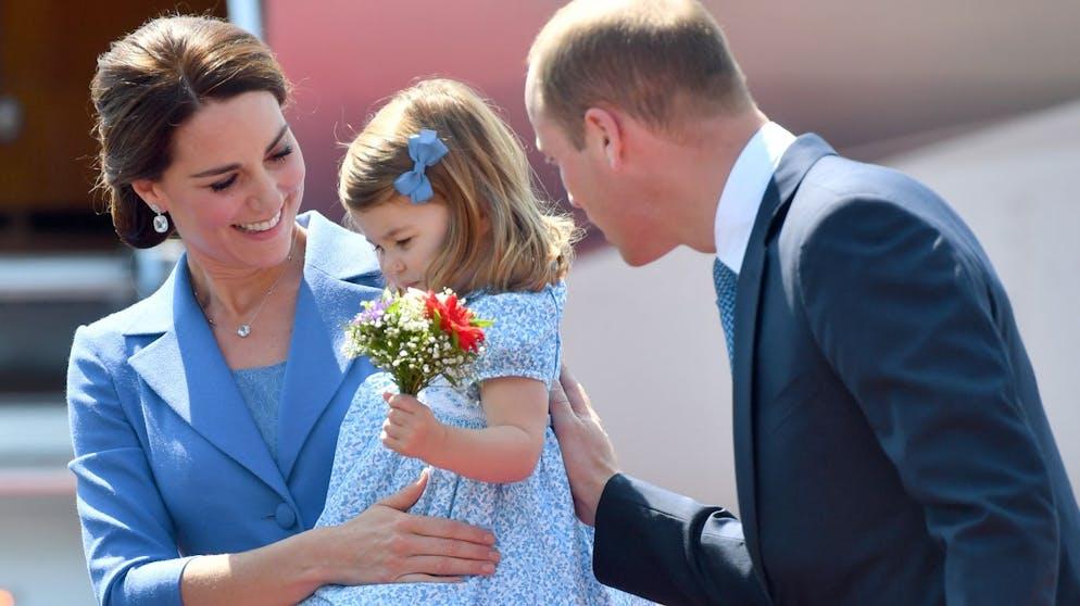 Der britische Prinz William, seine Frau Herzogin Kate und ihre beiden Kinder Prinz George und Prinzessin Charlotte kommen am 19.07.2017 in Berlin auf dem Flughafen Tegel an. (KEYSTONE/DPA/A3618/_Bernd von Jutrczenka)