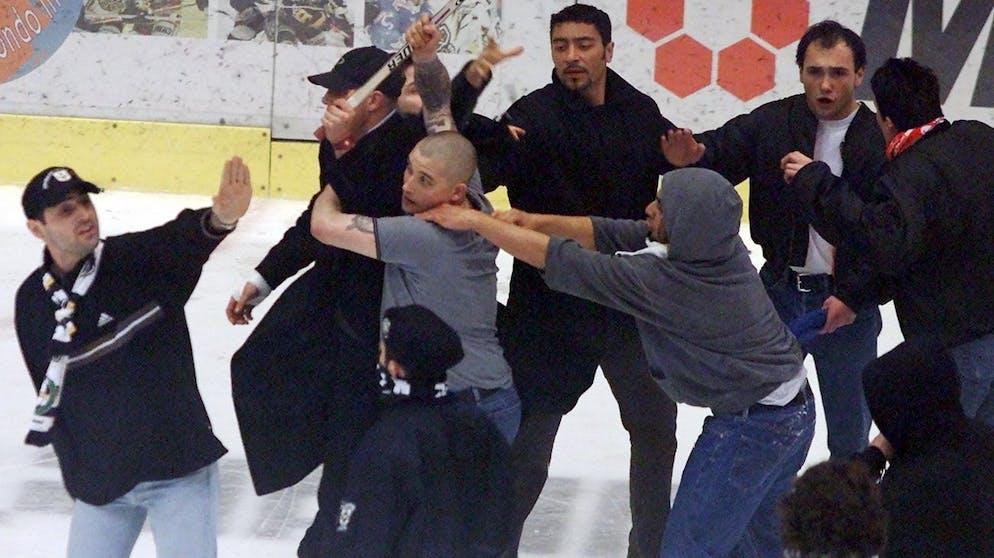 Die Ultras von der Curva Nord, Fans des HC Lugano, veranstalten am Samstag, 7. April 2001, in Lugano nach dem letzten Playoff-Finalspiel der Eishockey-NLA gegen die ZSC Lions, eine wueste Schlaegerei, nachdem der ZSC mit einem Tor zum Sudden Death den Meistertitel gewonnen hat. (KEYSTONE/Alessandro della Valle)