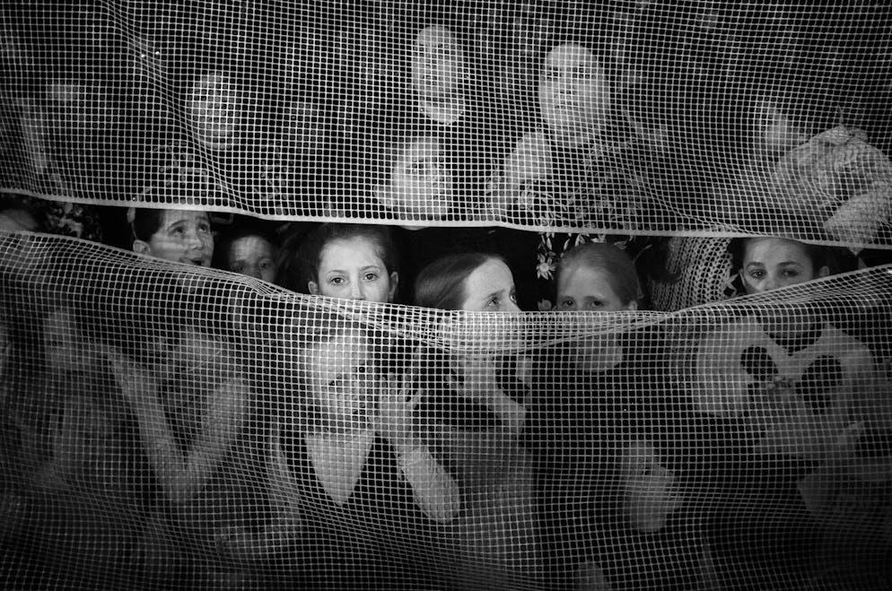Lauréate de la Merit Gallery Jordi Cohen (Espagne) Image: LAD BAOMERFemmes et filles séparées par un réseau lors de la célébration de Lag Baomer dans le quartier juif ultra-orthodoxe de Mea Shearim (Jérusalem, Israël)