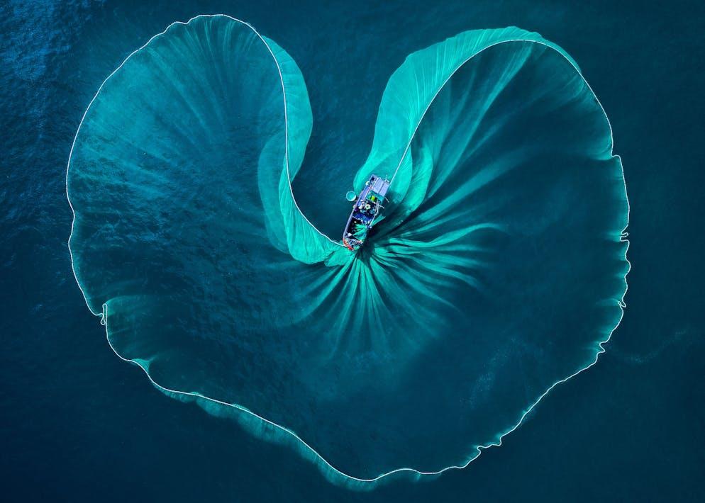 Phuoc Hoai Nguyen (Vietnam) Image: Coeur de la mer Les pêcheurs de Phu Yen attrapent du poisson tous les matins. Les pêcheurs soulèvent fortement le filet hors de l'eau. D'en haut, le filet ressemble à un cœur de mer.