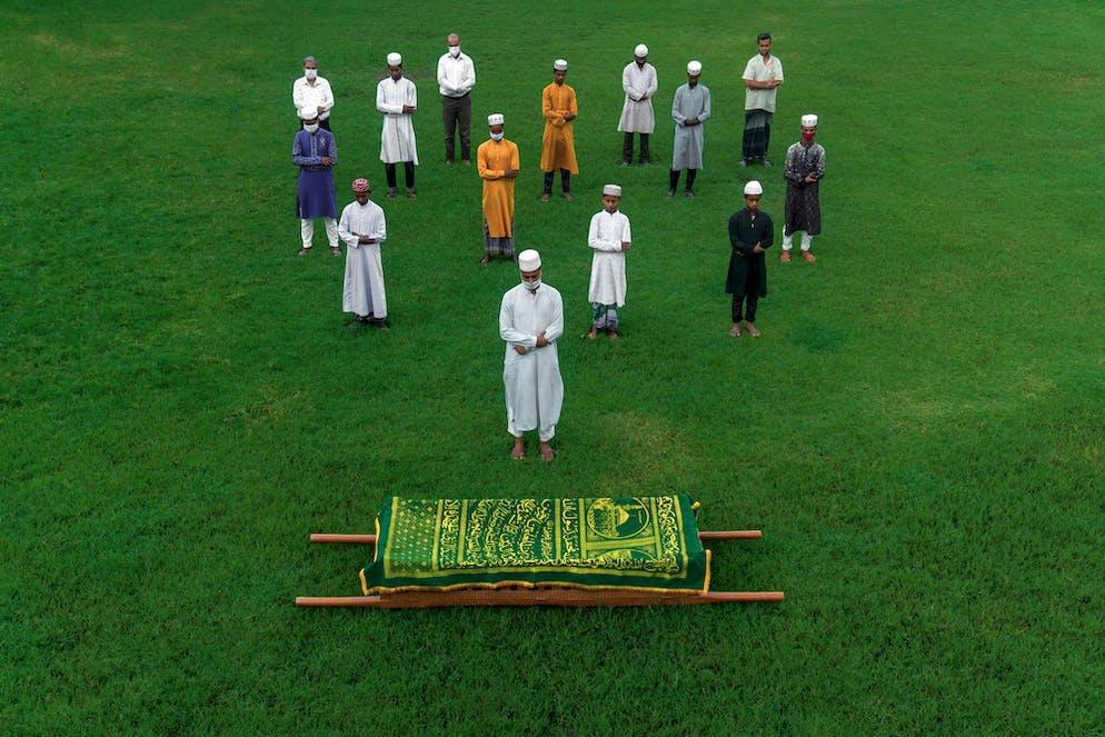 Sujon Adhikary, lauréate de la Galerie du mérite (Bangladesh) Image: Un enterrement islamique Un enterrement islamique est considéré comme un événement communautaire.