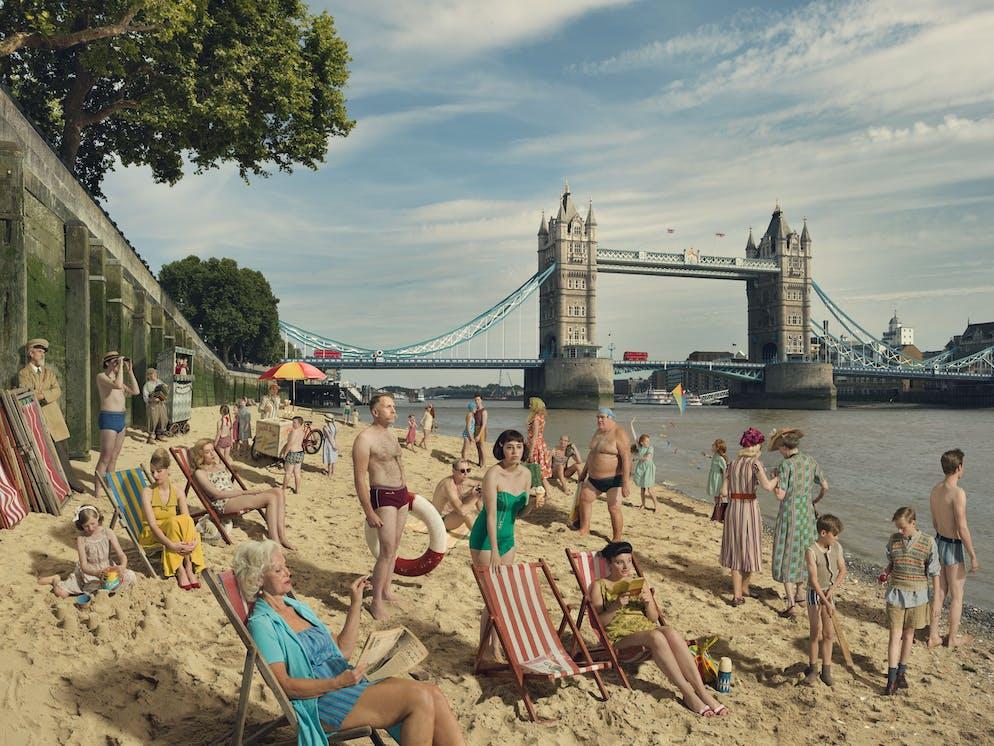 La gagnante de la Merit Gallery Julia Fullerton-Batten (Royaume-Uni) Image: Baigneurs à Tower Bridge