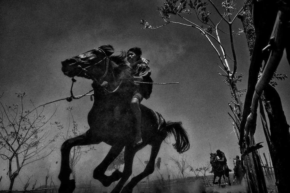 Gagnant de la Galerie du mérite Alain Schroeder (Belgique) Série: Kids JokeysIndonésie, île de Sumbawa.Une fois un match entre voisins pour célébrer une bonne récolte, les courses de chevaux ont été transformées en sport spectateur par les Néerlandais au XXe siècle pour divertir les officiels et la noblesse .