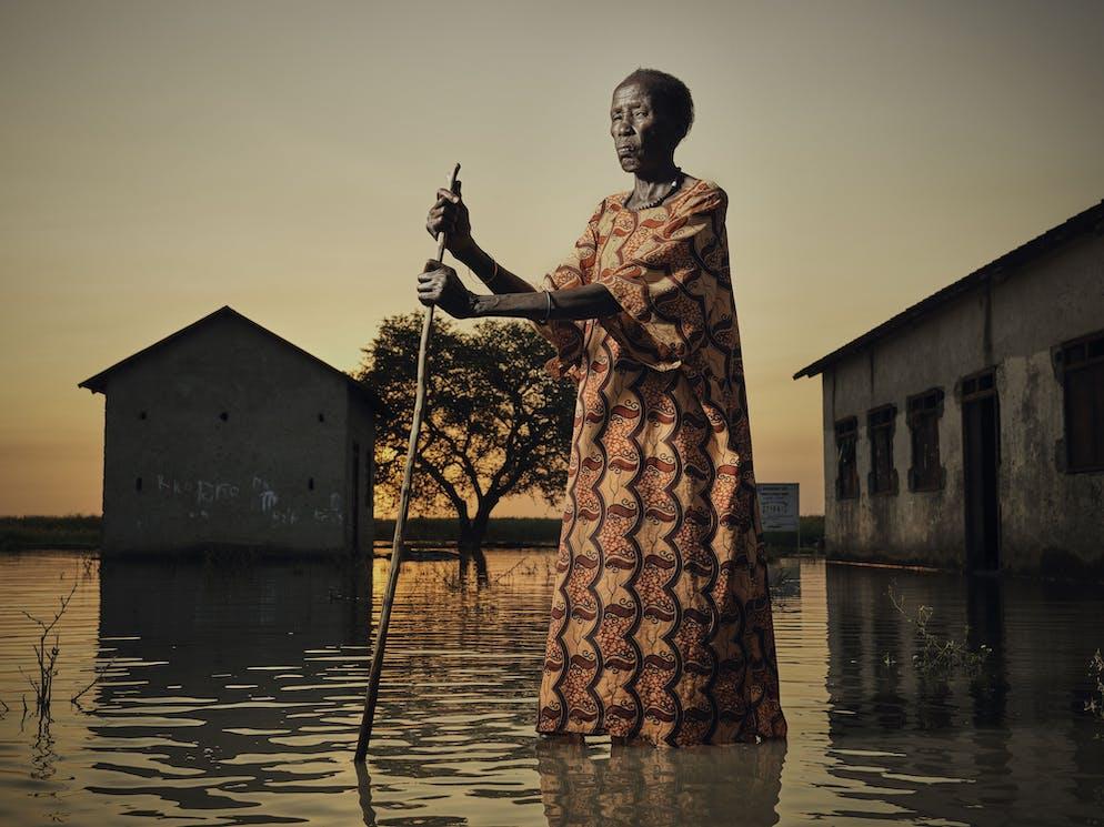 Peter Caton (Royaume-Uni). Portrait de Nyakeak, marchant dans les inondations au Soudan du Sud.