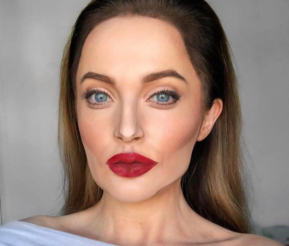 La ressemblance est encore plus saisissante avec Angelina Jolie.