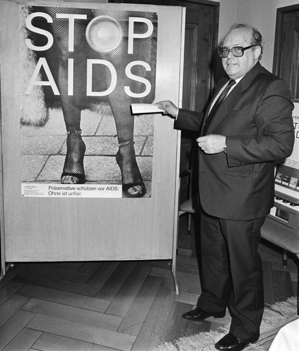 Wolfgang Nigg, City Councilor of the City of Zurich, with a poster of the AIDS prevention campaign, taken in March 1987 in Zurich.  (KEYSTONE / Str)