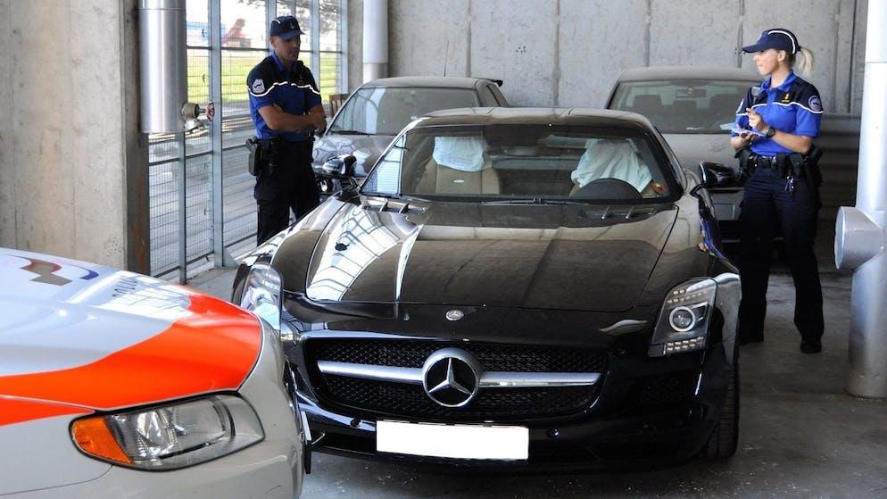 HANDOUT - Une image fournie par la Police Fribourgeoise ce lundi 9 aout 2010 montre la voiture Mercedes-Benz SLS AMG qui ete conduite par un ressortissant Suedois de 37 ans et qui a ete controlee a la vitesse de 290 km/h (sans deduction) par un radar fixe sur l'autoroute A12 ce vendredi 6 aout 2010. (HANDOUT/Police Fribourg) *** NO SALES, DARF NUR MIT VOLLSTAENDIGER QUELLENANGABE VERWENDET WERDEN ***