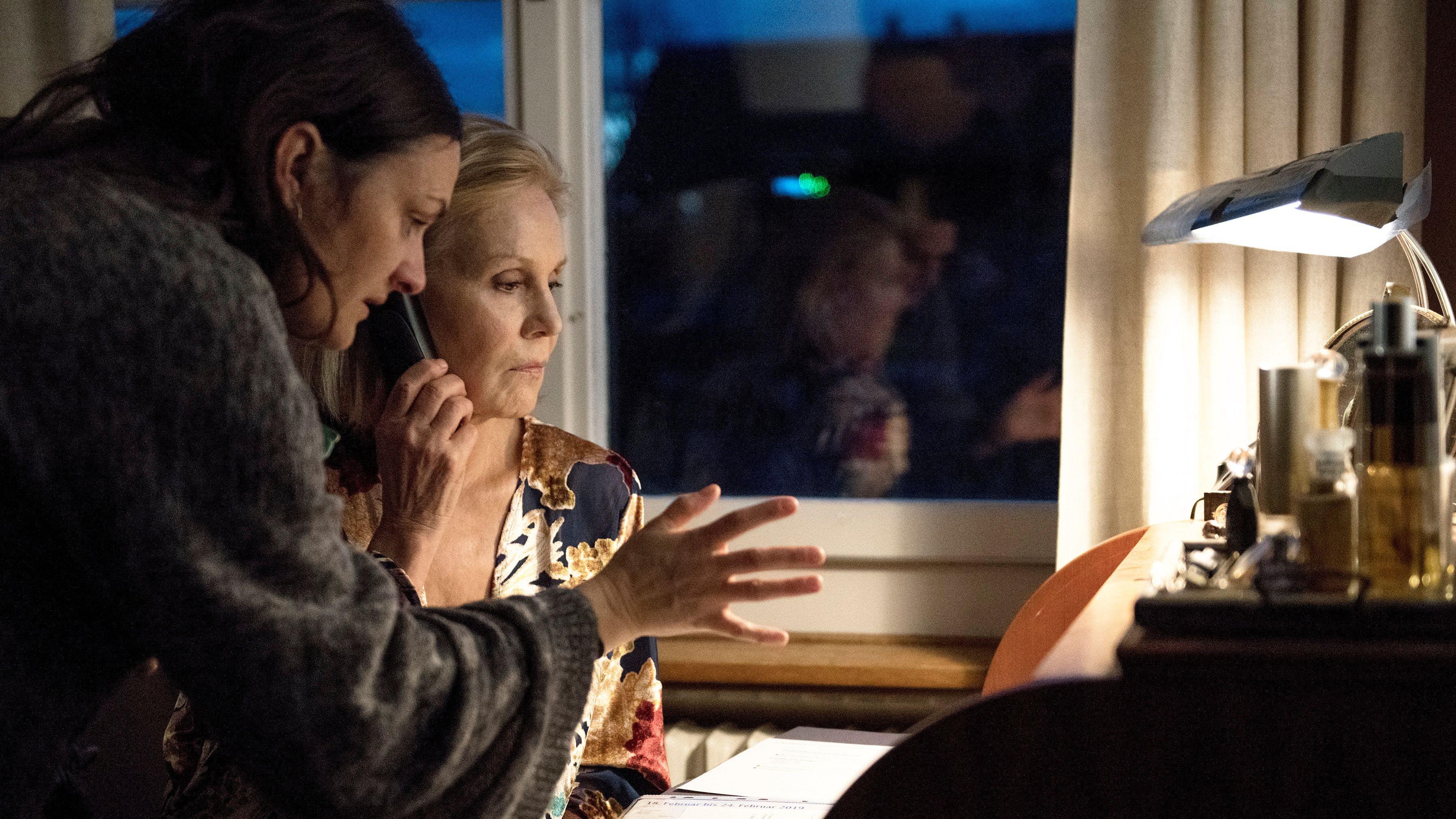 «Ich musste in den letzten Monaten die Spannung wachhalten und durfte die Lust nicht verlieren, immer wieder über den Film zu sprechen. Gleichzeitig durfte mich dies nicht davon abhalten, neue Projekte anzugehen»: Bettina Oberli mit Marthe Keller auf dem Filmset von «Wanda, mein Wunder».