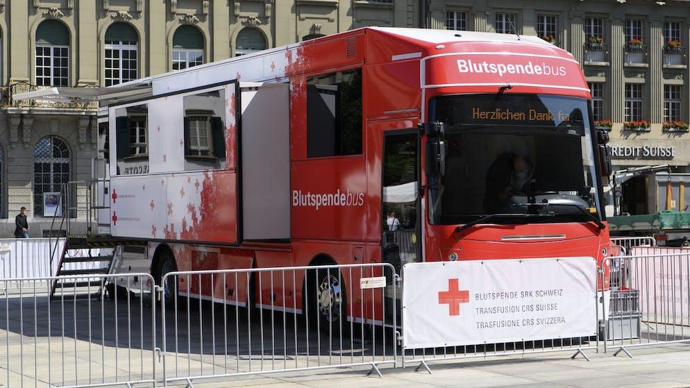 Ein Blutspendebus fotografiert, bei einer Blutabnahme im Rahmen des von der Blutspende SRK Schweiz organisierten Weltblutspendetages vom 14. Juni, am Donnerstag, 10. Juni 2021, auf dem Bundesplatz in Bern. (KEYSTONE/Anthony Anex)