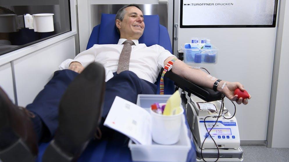Bundesrat Ignazio Cassis spendet sein Blut, bei einer Blutabnahme im Rahmen des von der Blutspende SRK Schweiz organisierten Weltblutspendetages vom 14. Juni, am Donnerstag, 10. Juni 2021, in einem Blutspendebus auf dem Bundesplatz in Bern. (KEYSTONE/Anthony Anex)