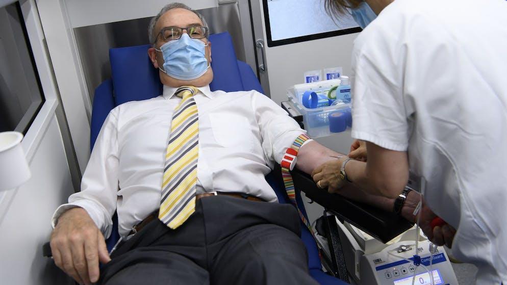 Bundesratspraesident Guy Parmelin, spendet sein Blut, bei einer Blutabnahme im Rahmen des von der Blutspende SRK Schweiz organisierten Weltblutspendetages vom 14. Juni, am Donnerstag, 10. Juni 2021, in einem Blutspendebus auf dem Bundesplatz in Bern. (KEYSTONE/Anthony Anex)