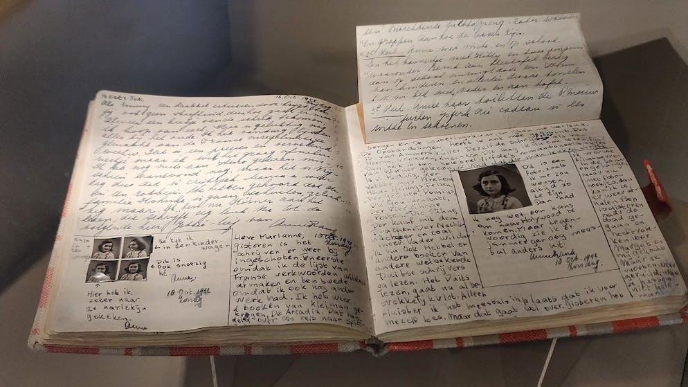 ARCHIV - 19.05.2019, Berlin: Eine Kopie von Anne Franks Tagebuch liegt in der Ausstellung «Alles über Anne» im Anne Frank Zentrum in Berlin. Erlebnisse, Gedanken und Gefühle schriftlich festhalten - das geht in einem Tagebuch. Dass es für diese auch einen Welttag gibt, ist einem jungen Mädchen zu verdanken. (zu dpa: «Ein Blick ins Persönliche: Tagebücher und ihre berühmten Verfasser») Foto: Insa Kohler/dpa +++ dpa-Bildfunk +++ (KEYSTONE/DPA/Insa Kohler)