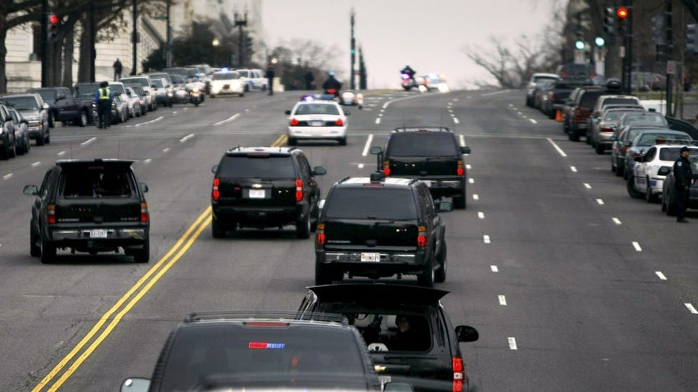 epa01591343 US President-elect Barack Obama's motorcade drives along Constitution Avenue near the US Capitol before his meeting with Speaker of the House Rep. Nancy Pelosi (D-CA) in Washington, DC, USA, 05 January 2009. Obama met with Pelosi and will meet with his top economic advisors to begin work on a stimulus package that they hope will include hundreds of billions of dollars worth of tax breaks for individuals and businesses. EPA/CHIP SOMODEVILLA - POOL AFP OUT .