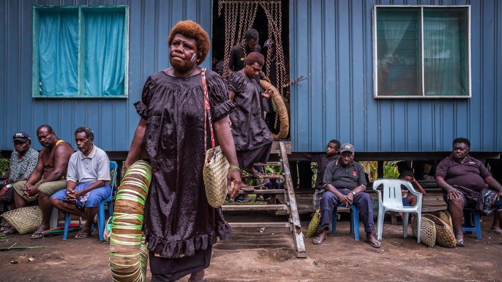 Oliver Akuila starb vor 2 Monaten im Alter von 52 Jahren. Sein Bruder Lua Akuila, Oberhaupt des Taraui Clans, organisiert für ihn nun die Aminamai-Zeremonie. Dabei wird Olivers gesamter Reichtum an Muschelgeld an den Clan und alle anderen Anwesenden vererbt. Im Gegensatz zu modernen Erbteilungen wo es immer wieder Ärger gibt, profitiert bei den Tolai die ganze Gemeinschaft.