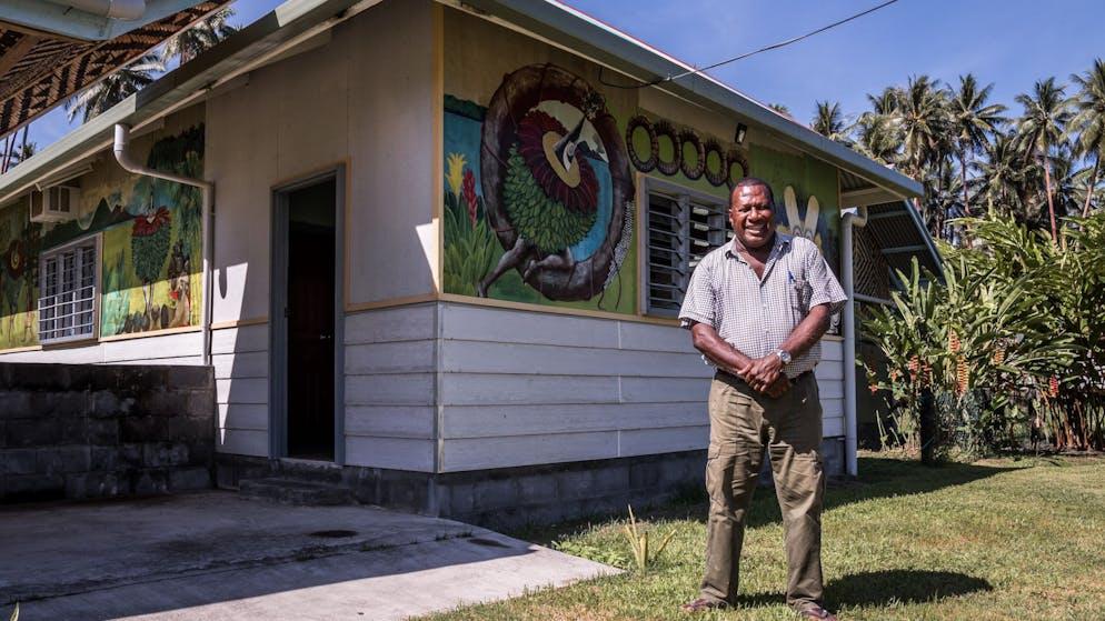 Der hiesige Gouverneur Nakikus Konga vor seiner ersten Muschelbankfiliale. Der Ex-Minister für Handelsgewerbe und Industrie von Papua-Neuguinea schätzt den Gesamtwert von Tabu auf rund 7 Millionen Kina, umgerechnet zirka 1.8 Millionen Franken. Davon zirkuliert aber nur ein Viertel im Umlauf. Den Rest horten die Tolai zuhause, es kommt bei wichtigen Anlässen wie Initiation (kulturelle Taufe), Heirat und Beerdigung zum Einsatz.