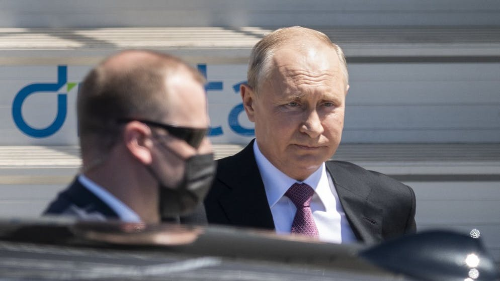 Russian president Vladimir Putin steps down the stairs from his airplane for the US - Russia summit with US President Joe Biden, on Geneva Airport Cointrin, Switzerland, Wednesday, June 16, 2021. (KEYSTONE/POOL/Alessandro della Valle)