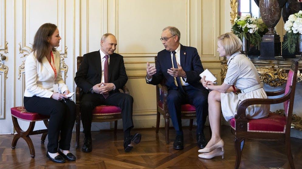Swiss Federal president Guy Parmelin, right, talks to Russian president Vladimir Putin, ahead of the US - Russia summit with US President Joe Biden, in Geneva, Switzerland, Wednesday, June 16, 2021. (KEYSTONE/POOL/Peter Klaunzer)