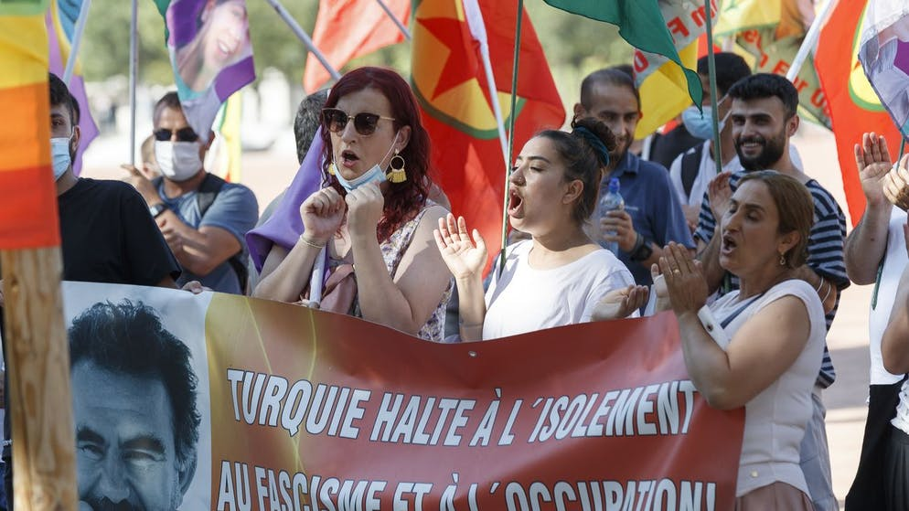 People demonstrate against imperialism, for human rights, climate justice and the release of Kurdish political prisoner Abdullah Ocalan, during the meeting between US President Joe Biden and Russian President Vladimir Putin, on Wednesday, 16 June 2021, in Geneva Switzerland. (KEYSTONE/Cyril Zingaro)