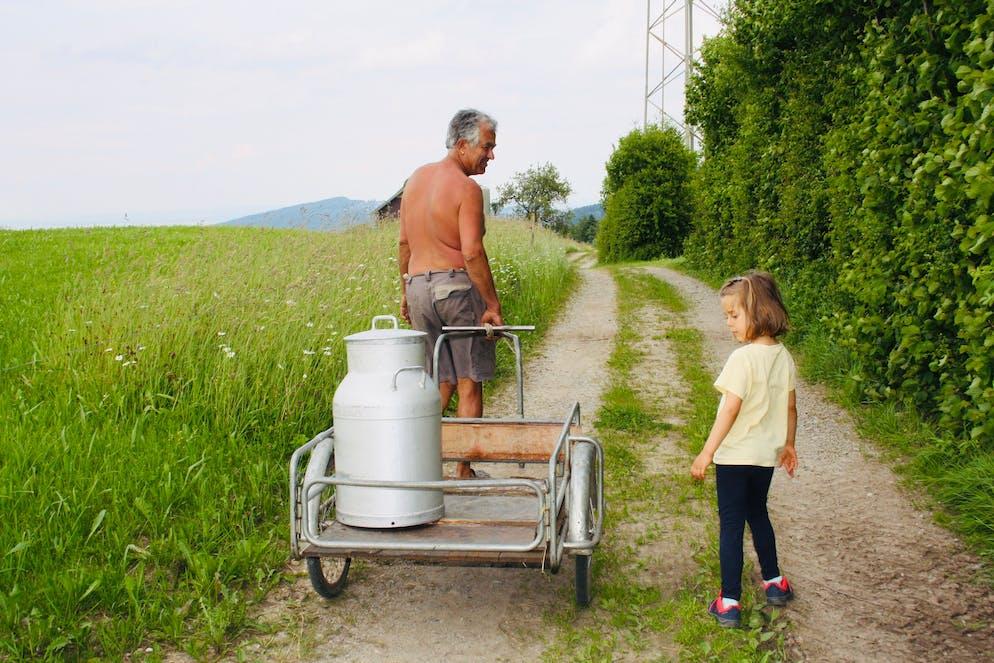 Auf dem Weg zum Melken, Bauer Walter Signer und Tochter von Redaktorin Sulamith Ehrensperger