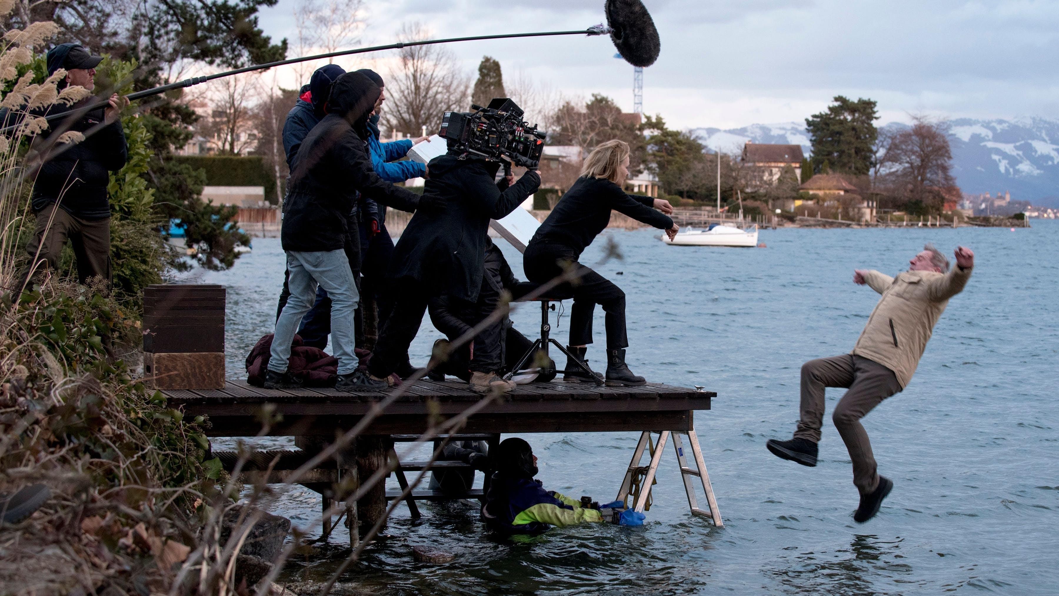 «Nein, nein, so etwas kann man nicht vor Ort improvisieren. Als wir diese Szenen drehten, waren Taucher im See und ein Arzt vor Ort. André Jung trug zudem einen dünnen Neopren-Anzug unter den Kleidern»:Bettina Oberli.
