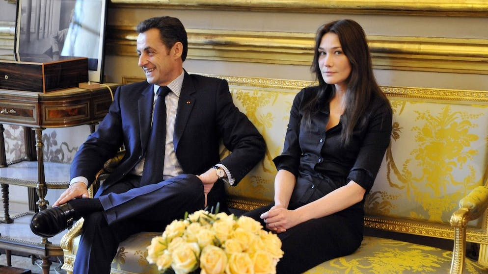 French President Nicolas Sarkozy, left, and his wife Carla Bruni, right, receive the family of French-Colombian politician Ingrid Betancourt and former hostage Consuelo Gonzalez, who was released last month from captivity by Colombia's FARC rebels, Saturday, Feb. 23, 2008, at the Elysee Palace in Paris. Ingrid Betancourt was captured Feb. 23, 2002, by the Revolutionary Armed Forces of Colombia rebels. (KEYSTONE/AP Photo/Eric Feferberg, Pool)