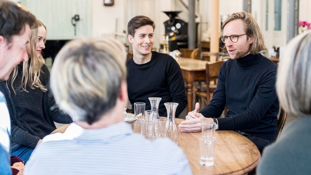 Erzählcafé: Menschen erzählen sich ihre Lebensgeschichten