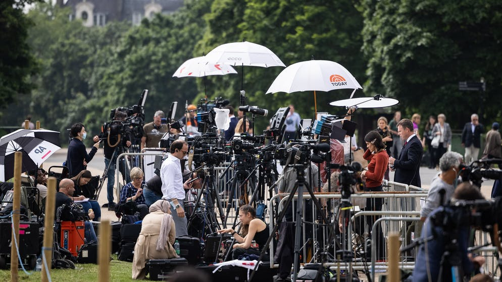 LONDON, ENGLAND - JULY 01: Media crews broadcast from a designated area as fans and supporters gather to mark what would have been the 60th birthday of Princess Diana, at Kensington Palace on July 01, 2021 in London, England. Princess Diana would have celebrated her 60th birthday today had she not been killed in a car crash in a Paris tunnel in August 1997. At a ceremony today her sons William, The Duke of Cambridge, and Harry, The Duke of Sussex, will unveil a statue in her memory. (Photo by Leon Neal/Getty Images)