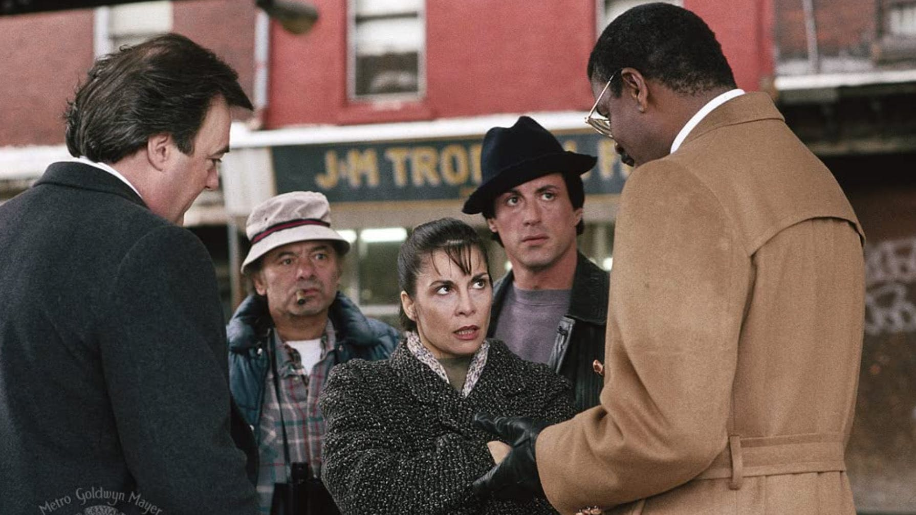 «Rocky V» (1990): Der Herr ganz rechts zitiert Mark Twain, daraufhin fragt Paulie (Burt Young, 2.v.l.), wer das sei. «Er war ein Maler», antwortet ihm Rocky Balboa.