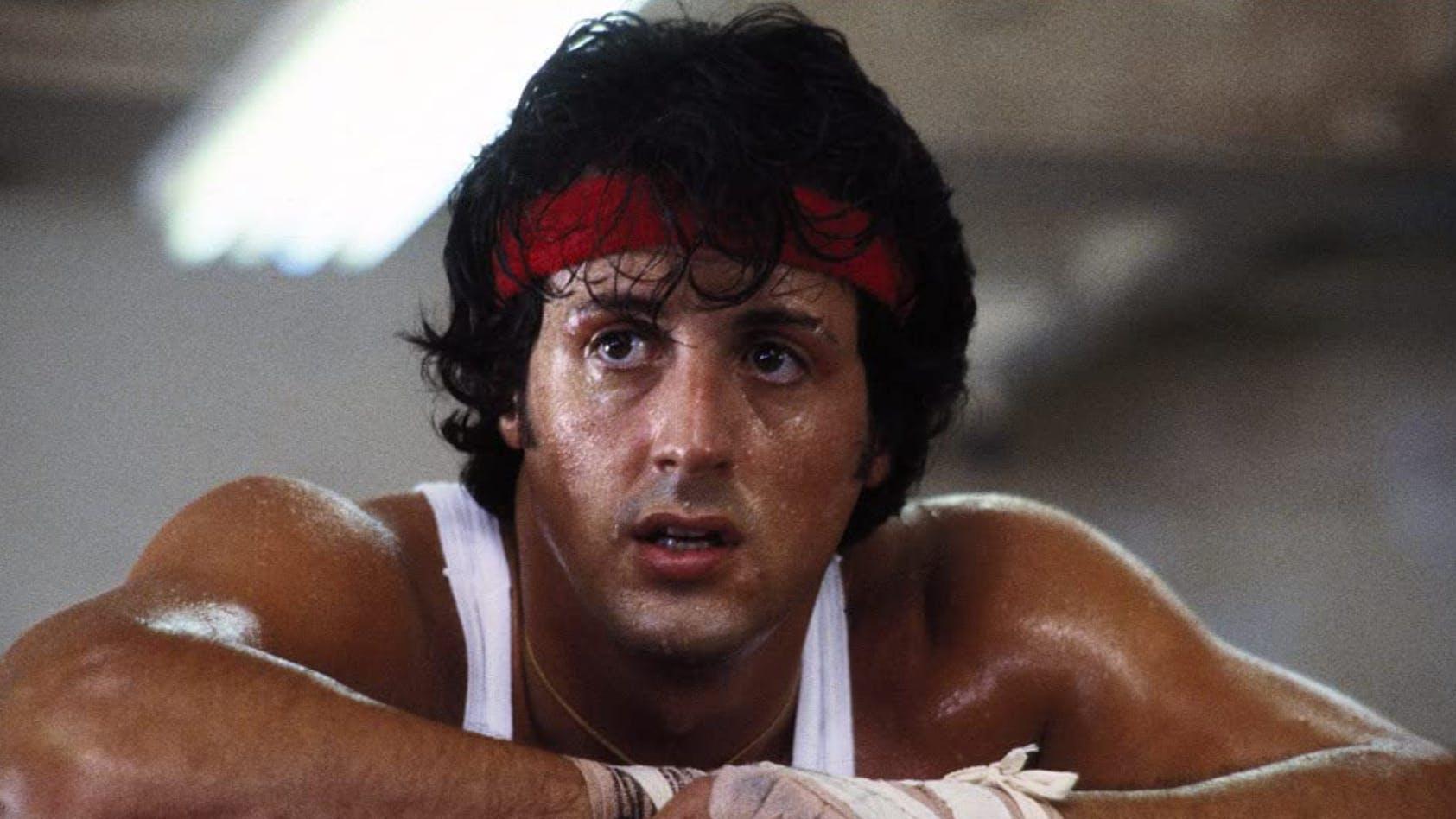 «Rocky II» (1979): «Was sind ihre Gedanken zur ersten Runde?» – «Weiss nicht. Dass ich in der Schule hätte bleiben sollen?» – «Denken Sie, Sie haben einen Hirnschaden?» – «Ich sehe keinen.» Rocky kriegt darin gehörig aufs Dach. Stallone war im zweiten Teil 33 Jahre alt.