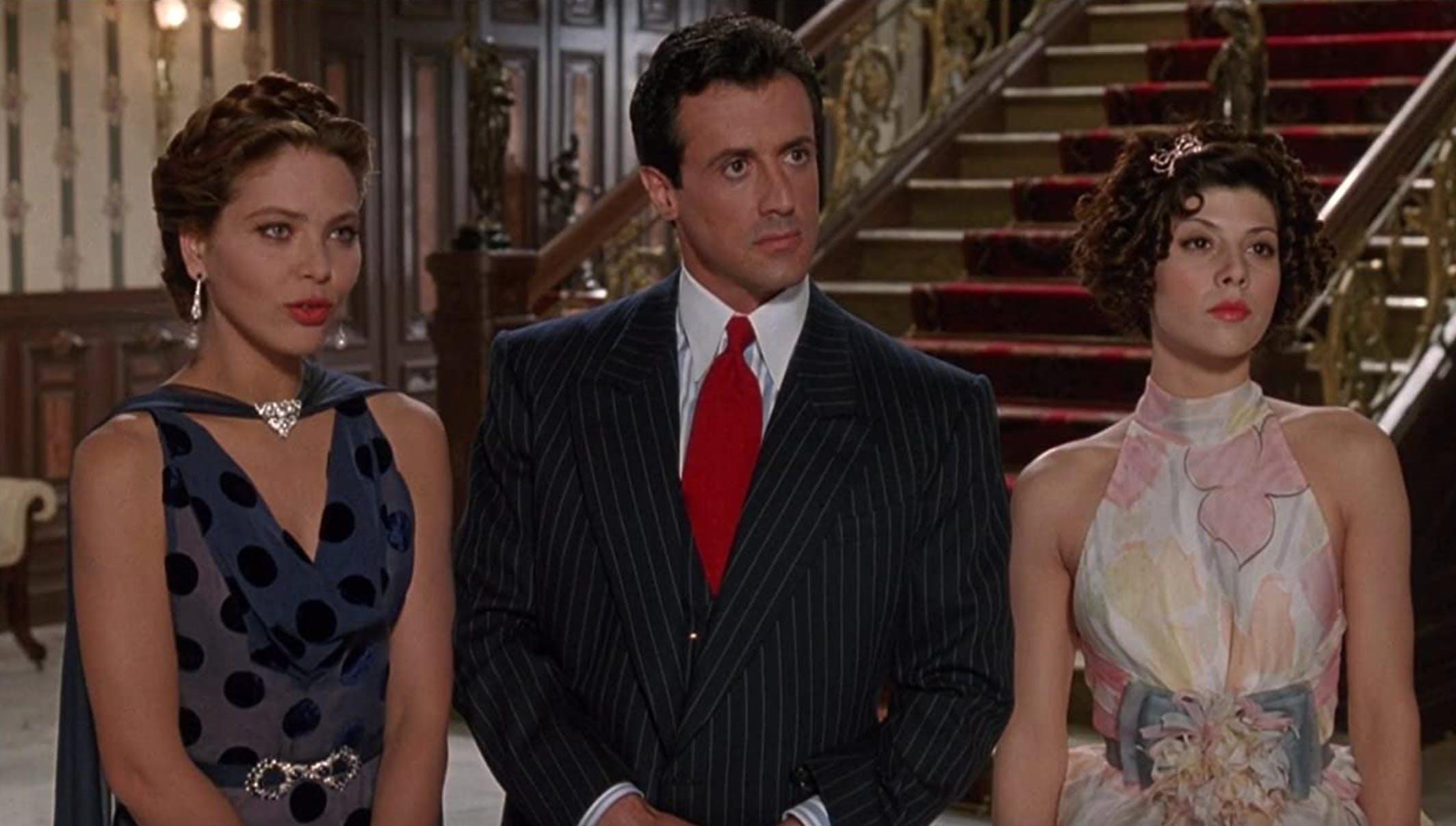 «Oscar» (1991): «Natürlich habe ich es gewusst! Ich hatte nur keine Ahnung», stellt Sylvester in der Krimikomödie fest. Neben ihm hier übrigens Marisa Tomei (rechts) und Ornella Muti. Das Skript war mit Unsinnigkeiten gespickt, so sagt Sly auch: «Mach, was du willst! Verlass einfach nicht diesen Raum.»