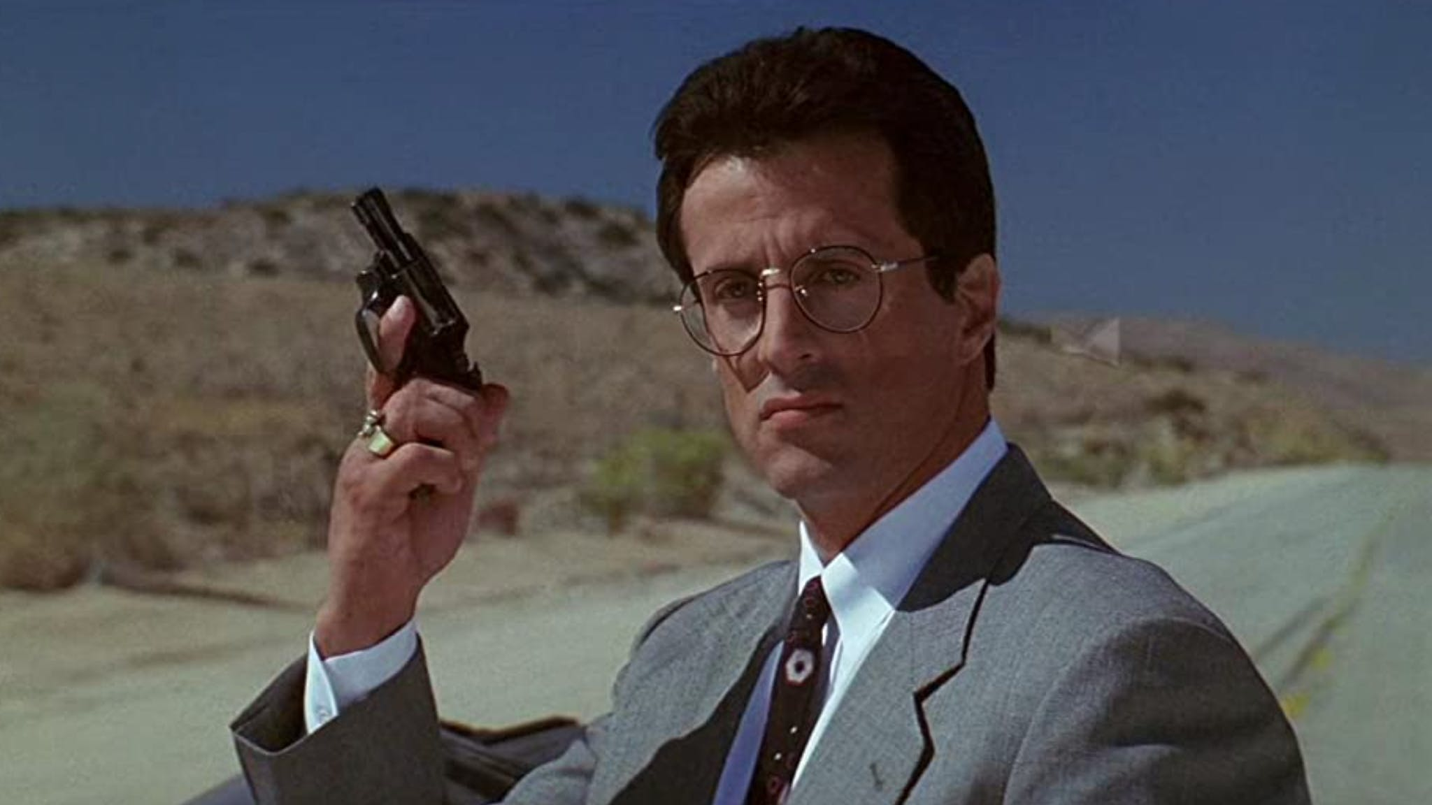«Tango & Cash» (1989): Als zwei Verbrecher durch die Frontscheibe eines Lastwagens fliegen, findet folgender Dialog statt: «Danke fürs Vorbeikommen! Mögt ihr Schmuck?», Tango wedelt dabei mit Handschellen – «F*** dich!» – «Ich bevorzuge Blondinen.»