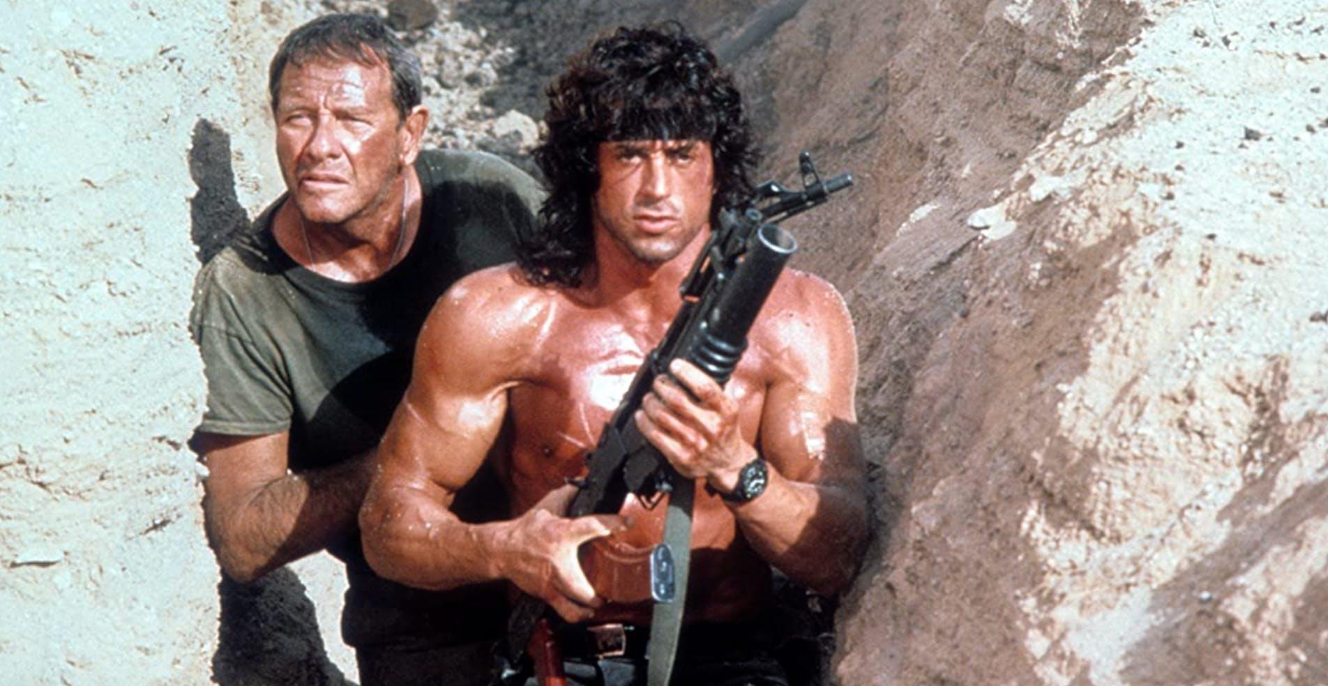 Wiederum «Rambo III»: Richard Crenna (links) fragt Sly im Verlauf, wie es seiner Wunde gehe. «Du hast uns beigebracht, Schmerz auszublenden.» – «Funktioniert's?» – «Nicht wirklich. Nimm das nicht persönlich.»
