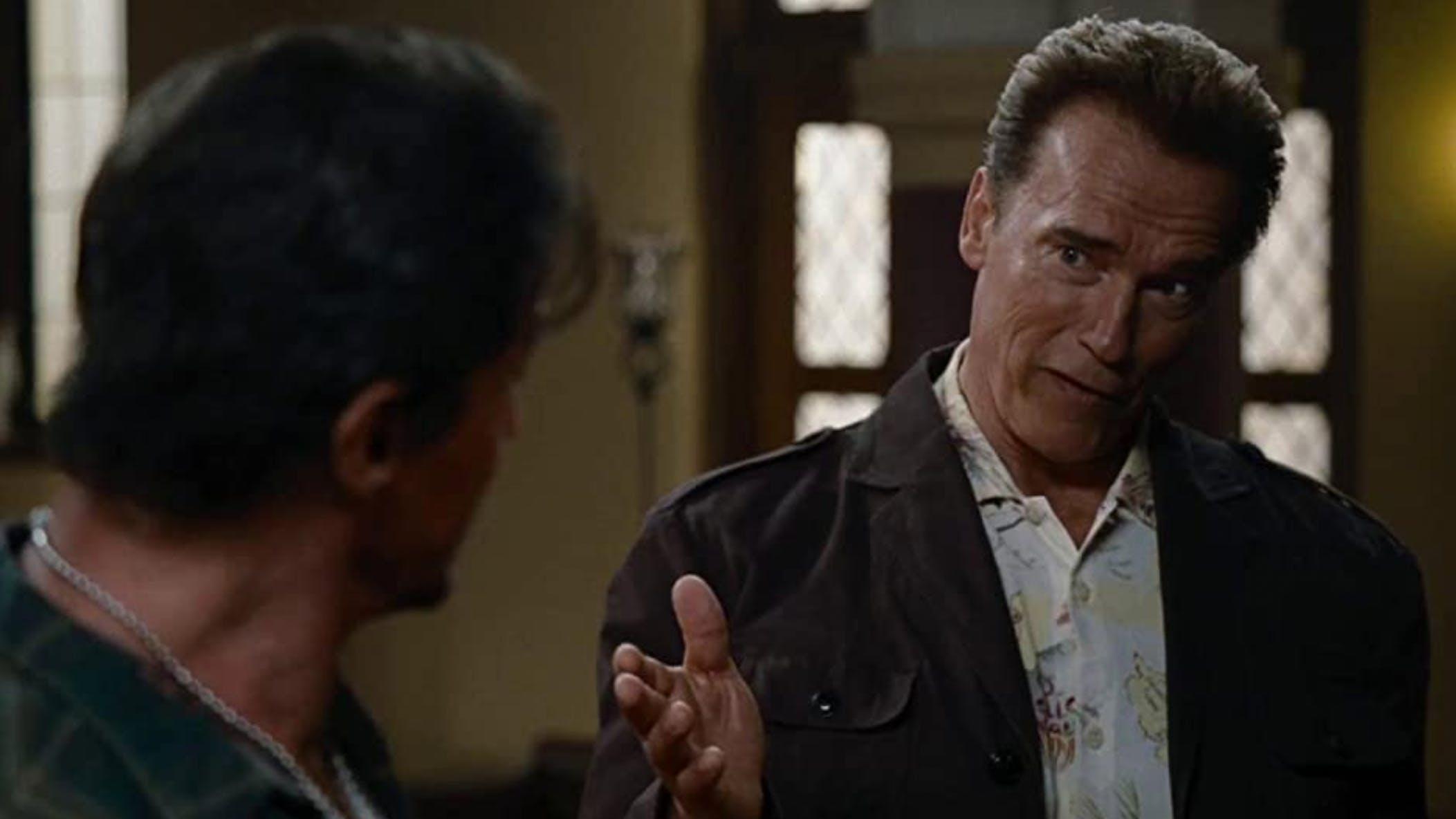 «The Expendables» (2010): Arnie sagt Stallone er sehe krank und mager aus. «Ach ja? Das Gewicht, das ich verloren habe, scheinst du gefunden zu haben.»