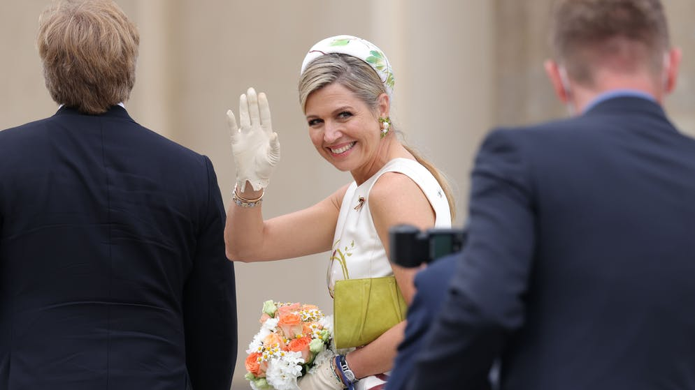 BERLIN, GERMANY - JULY 05: Queen Maxima of the Netherlands waves to onlookers at the Brandenburg Gate on July 05, 2021 in Berlin, Germany. Their Royal Highnesses are paying their first official visit since the global health crisis began over a year ago, with a state visit to Germany from July 5-7. (Photo by Sean Gallup/Getty Images)
